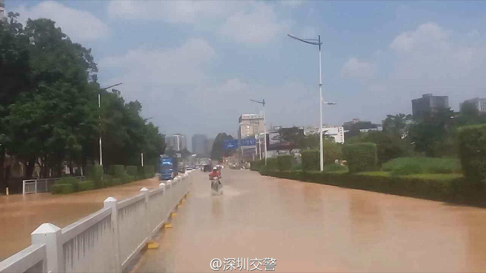 路�z*_深圳观湖大和路水管爆裂造成大面积积水