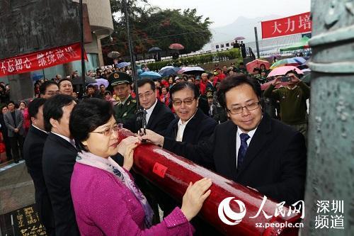 深圳市委常委,宣传部部长李小甘,盐田区委书记杜玲等共同鸣响警世钟声