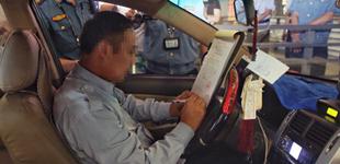 出租车司机车内抽烟被罚