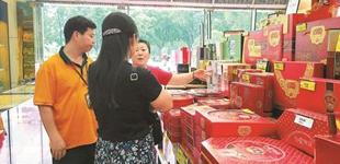 """走访深圳月饼市场:传统口味走俏        近日,记者走访了市内一些主要商场,发现今年深圳市场上的月饼开始向传统口味回归,""""天价月饼""""难觅踪影。"""