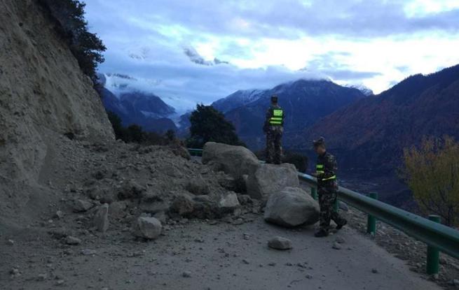 西藏米林6.9级地震 落石堵塞道路