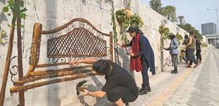 龙华最美艺术长廊扮靓有轨电车沿线        上围村的艺术家在有轨电车人民路段的一面50多米长的围墙上进行艺术创作。