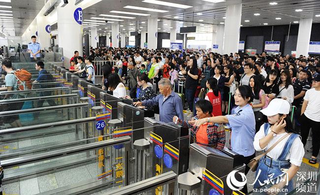 """深圳福田口岸""""五一""""假期迎送旅客逾130萬人次"""