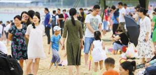 初夏深圳大梅沙迎客流高峰        深圳大梅沙海滨迎来了客流高峰,数万游客来到海边游玩戏水。