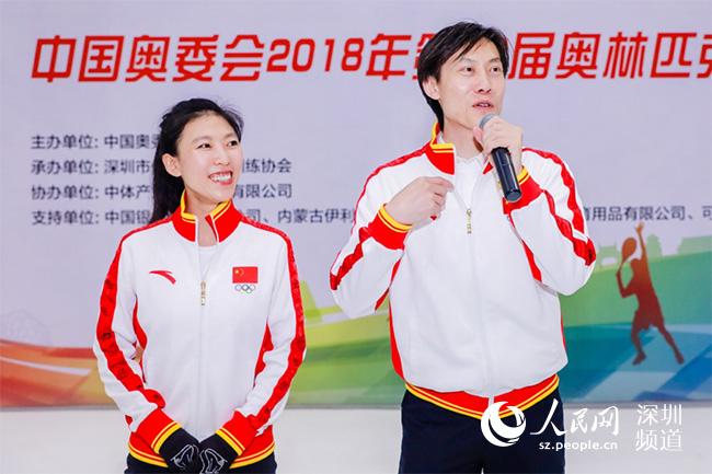 花滑双人滑世界冠军庞清、佟健与深圳市民亲密互动