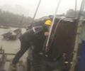 台风里,他们划着小木船营救七旬老人        躲在渔船上不肯撤离的两位七旬老人,最终被营救下来。