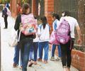该不该替孩子背书包        深圳一校长坚持劝阻家长帮孩子背书包,而让孩子自己背。