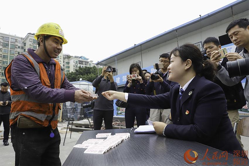 深圳火车站送票进工地 人不离岗就能拿到票
